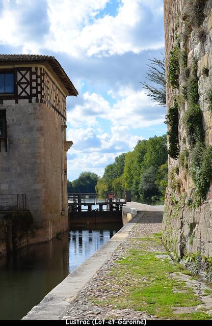 L'écluse sur le Lot entre le moulin et le château (Lustrac, Lot-et-Gar.)