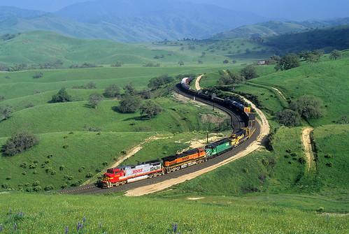bnsf freighttrain curve tehachapimountains ge dash9 c449w warbonnet bealville california tehachapipassroute locomotive ca