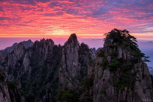 autumn anhuiprovince dwarfpines lionpeak huangshan sunrise colorfulsky seaofclouds landscape granite china yellowmountains huangshanshi anhuisheng cn