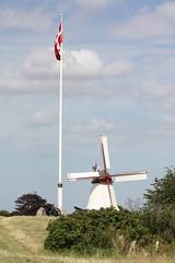 Dänische Nationalsymbole auf der Düppeler Anhöhe: Dannebrog und Mühle