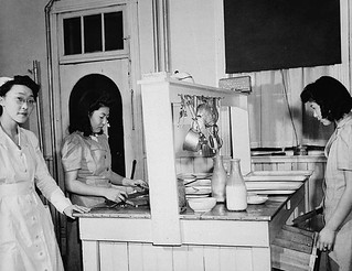 Japanese-Canadian women and nurse work in the internment camp hospital kitchen, Greenwood, British Columbia / Infirmière et femmes canadiennes d'origine japonaise travaillant à la cuisine de l'hôpital du camp d'internement, Greenwood (Colombie-Britan