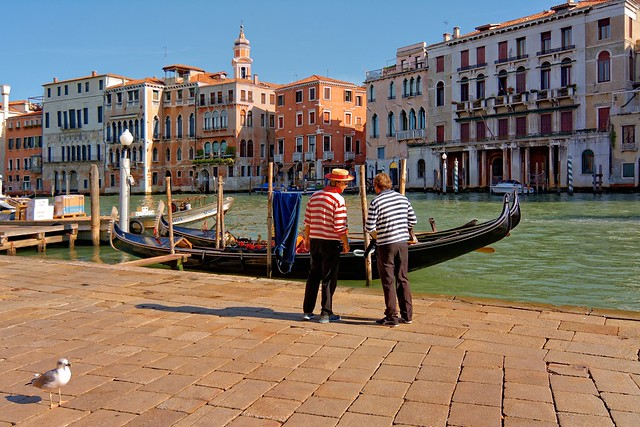 Venice : Campo Erberia / Two gondoliers
