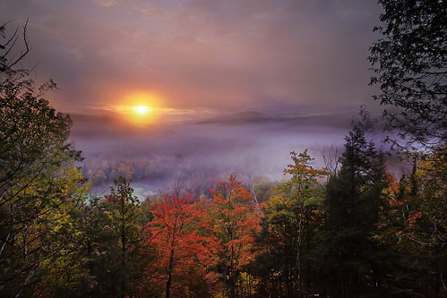 sunriseatmonttremblant sunrise monttremblant quebec canada 重陽節 登高望遠 層林盡染 autumncolours misty autumn mistymorning mountain forest autumnleaves landscape canon5dmarkiii ef1635mmf28liiusm travel light