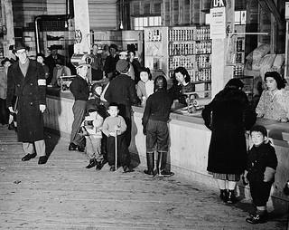 Japanese-Canadians buy supplies at the internment camp store, Slocan City, British Columbia / Canadiens d'origine japonaise achetant des articles au magasin d'un camp d'internement, Slocan (Colombie-Britannique)