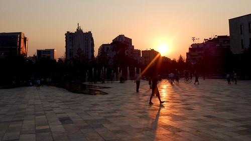 sonnenuntergang tirana skanderbeg platz albanien 2017
