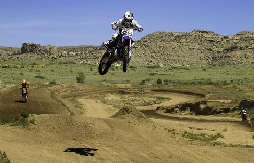dirt track jump action coloradosprings colorado co blue white shadow 25 canon7dmarkii ef24105mm aztecfamilyraceway motorcycle racing sanden
