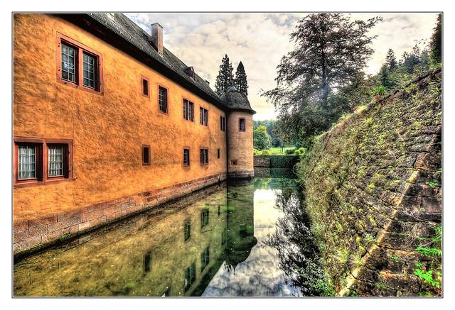 Mespelbrunn - Schloss Mespelbrunn Wassergraben 01