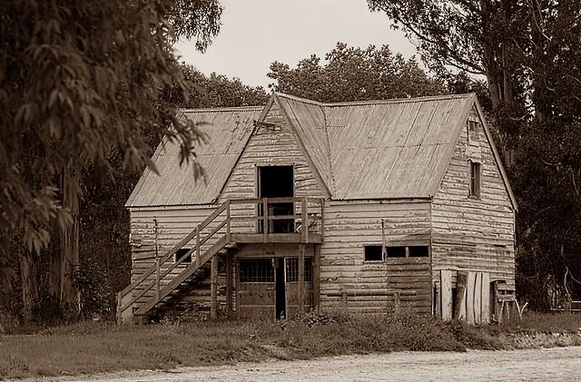 Otago, S/H 1: old barn
