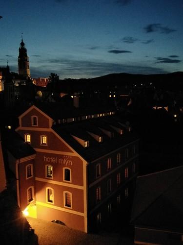 圖02mlyn飯店燈火闌珊地站在彩繪塔前方