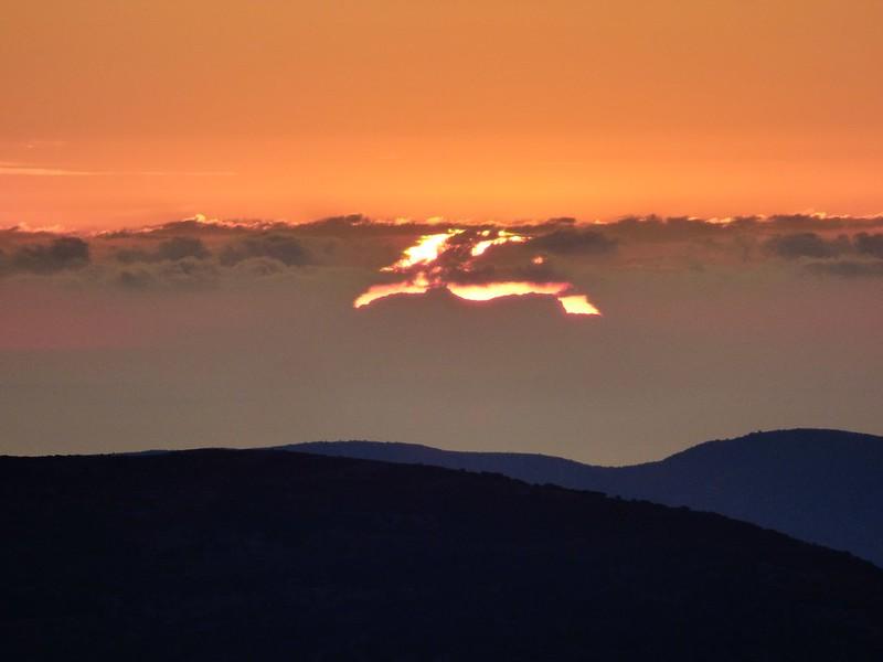 Aparició repentina del sol darrera el Puig Major a 279 Kms