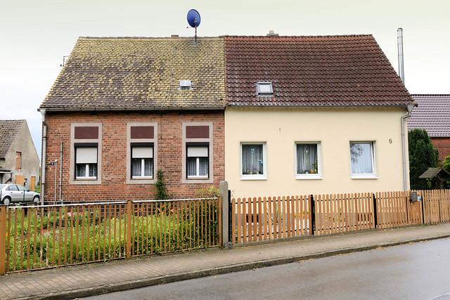 1542 Doppelhäuser mit unterschiedlicher Fassaden - und Dachgestaltung + Strassenzäune - Architektur in Wartenburg.