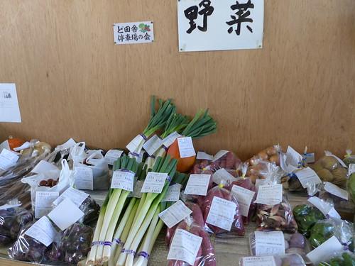 「ど田舎停車場の会」は地物野菜も販売して地元の人も引き寄せ、駅に賑わいをつくっていた