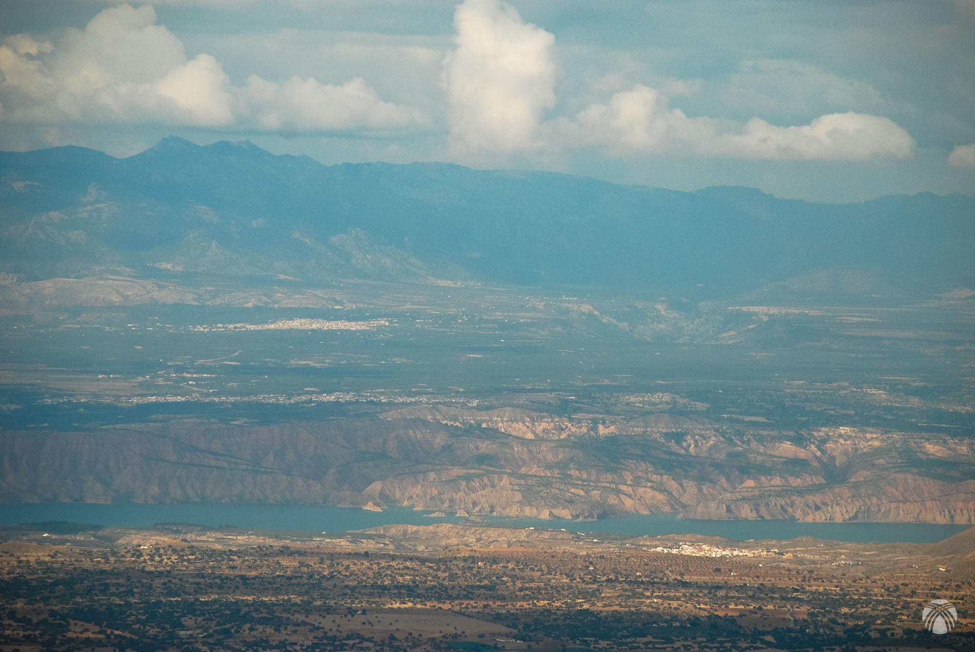 El embalse del Negratín y detrás la Sierra del Pozo