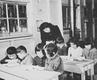 Japanese-Canadian teacher instructs children at the Slocan City internment camp school, British Columbia / Enseignante canadienne d'origine japonaise travaillant avec les enfants qui fréquentent l'école du camp d'internement de Slocan (Colombie-Brita