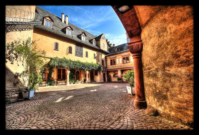 Mespelbrunn - Schloss Mespelbrunn Innenhof 02