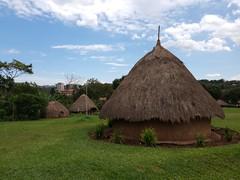 Skyline und traditionelle Hütten in Museum