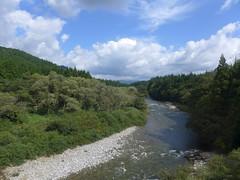 新潟県側では荒川に沿って走る。関川村は沿線随一の温泉地