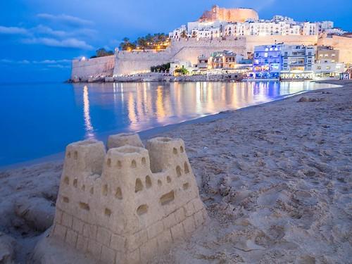 Castillos de arena y de piedra. #peñiscola #Peñíscola #sandcastle #castle #costadelazahar #travelphoto #olympusomd #photography #beach | by treboada