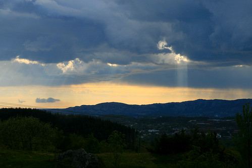 beams sun clouds bergen norway fana smøråsfjellet nature outside sunset light landscape brown orange jens rongved norge hordaland vestlandet norwegen 挪威 卑爾根 ノルウェー ベルゲン outdoor