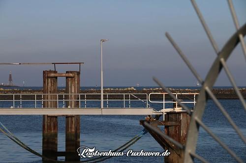 Blick vom Fährhafen in Cuxhaven über die Kugelbake hin zur Elbe | by Stilkollektiv