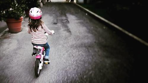 E poi un giorno la lasci andare e lei va pedalando sicura sulla sua bici rosa e ti accorgi che sta diventando davvero grande (anche perché tu fai fatica a starle dietro correndo). Bravissima piccola mia #love #photooftheday #amazing #life #igers #picofthe | by Mario De Carli