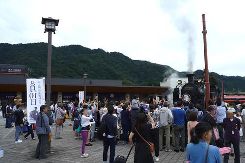鬼怒川温泉駅の転車台は駅前広場に設置し、裏方もアトラクションに