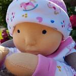 Babypop Sara heeft een genaalfvilt hoofd. Hierdoor heeft ze meer expressie dan de meer klassieke Waldorfpoppen die ik maak.