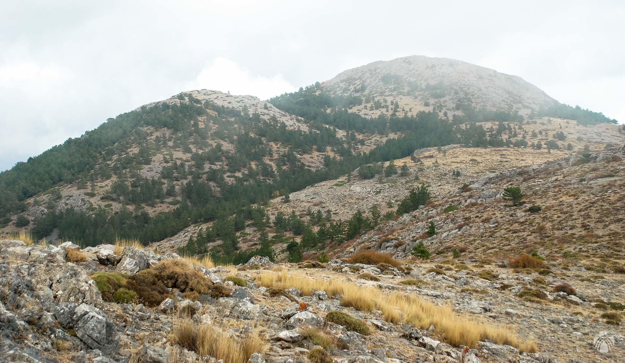 Nada más comenzar el descenso la cumbre del Picón de Gor desaparece entre las nubes
