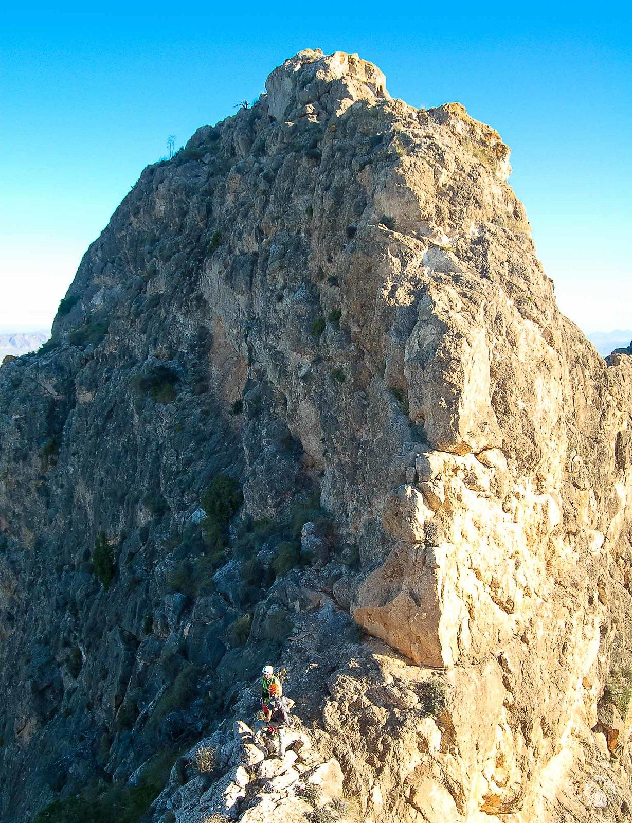 En la antecima principal, mirando la escalada que nos toca realizar.
