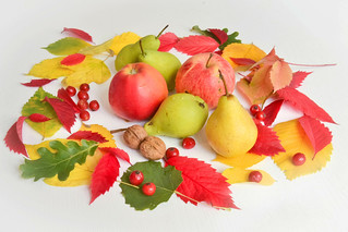Herbst-Laub und Obst | by wuestenigel