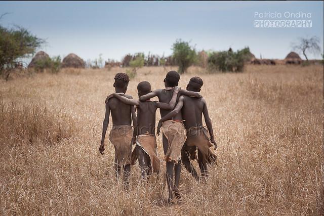 Young Kwegu girls going back to their village - Jeunes Kwegus repartant dans leur village