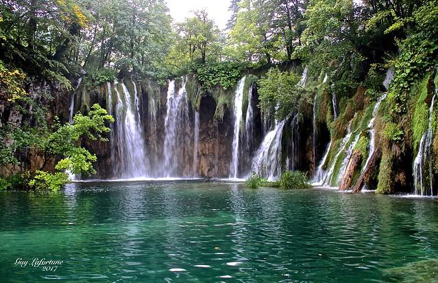 THE LARGE WATERFALLS of PLITVICKA JEZERA in CROATIA