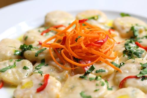 Mrkvové gnocchi s petrželovou natí a parmazánovou omáčkou s chilli / Carrot gnocchi with parsley and parmesan sauce with chili | by Bistro Franz