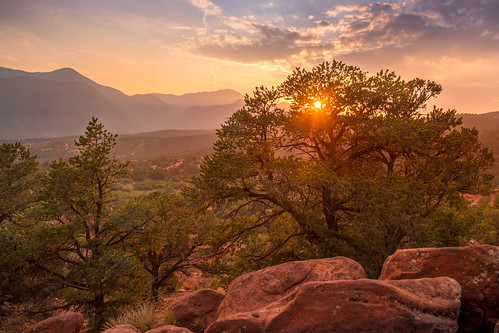 canoneos5dmarkiv ef24105mmf4lisusm pikespeak gardenofthegods sunset evening summer colorado coloradosprings 2017 tree warm rocks sunbeams sunray atardecer puestadelsol