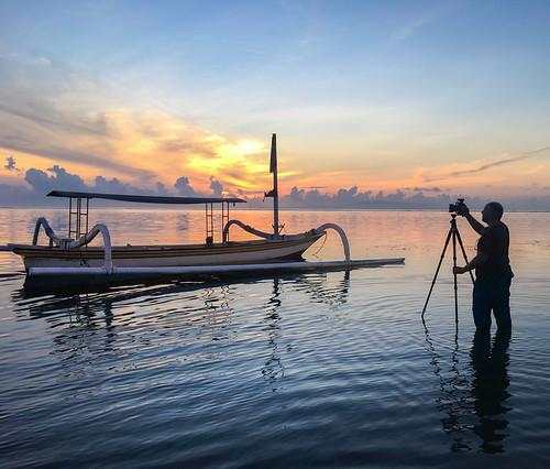 asia indonesia southeastasia adventure fernreise tourism travel denpasar kantaikarang beach water boat fisherman sunrise sonnenaufgang sky clouds