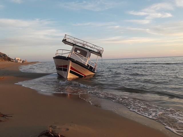 Siculiana Marina agrigento Sicilia barca di clandestini
