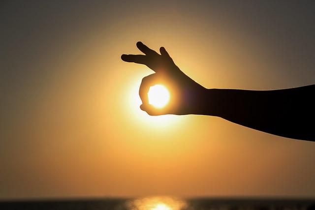 Tu mano y el sol.Your Hand and the sun
