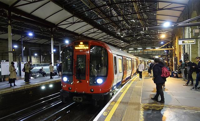 RD16180.  London Underground S7 stock at Farringdon.