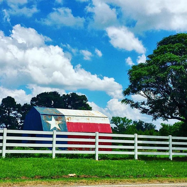 """Good Morning, Texans! Lone Star barn captured in Carthage, Texas- Panola County by Tonia Johnson (@i_iswutiis). Texas Trivia- Panola comes from the Cherokee word """"ponolo,"""" meaning cotton."""