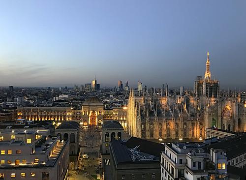 miquelfabre milan milano italia italy duomo horaazul bluehour catedral vista view vitorioemanuelle edificios buildings outdoor color night noche colorful ngc iphon