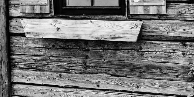 Holz vor der Hütten