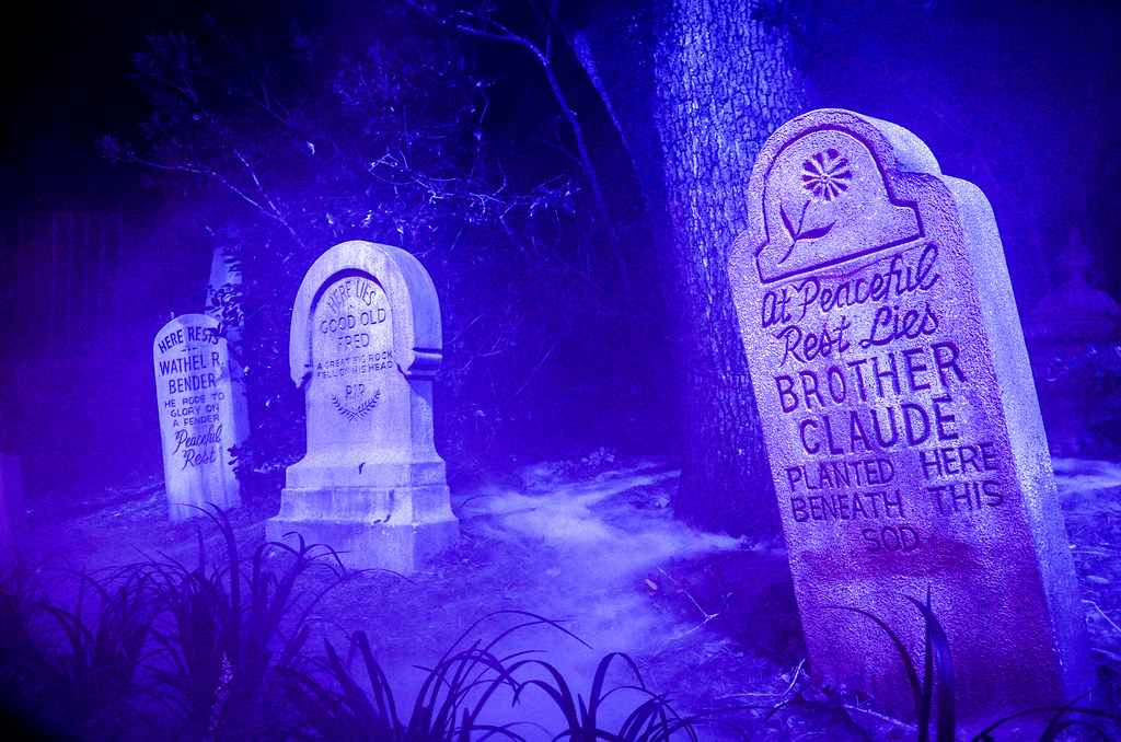 3 tombstones Haunted Mansion MK