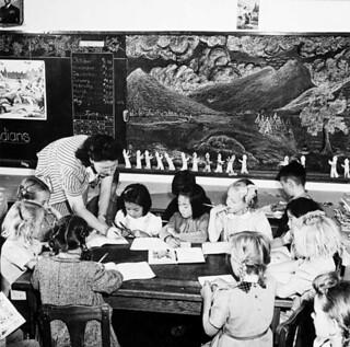 Interned Japanese-Canadian children attend a local school, Picture Butte, Alberta / Enfants canadiens d'origine japonaise du camp d'internement à une école locale de Picture Butte (Alberta)
