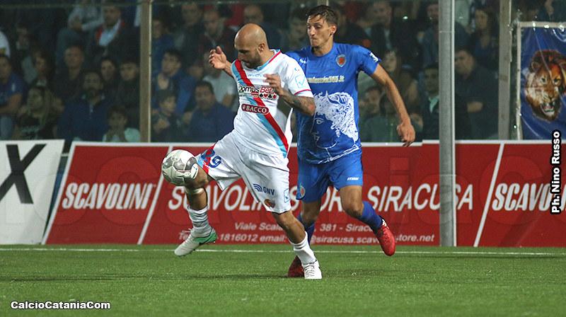 Ciccio Ripa, con la maglia del Catania, in azione al