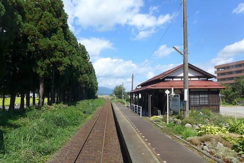羽前成田駅 開業当初からの駅舎は登録有形文化財