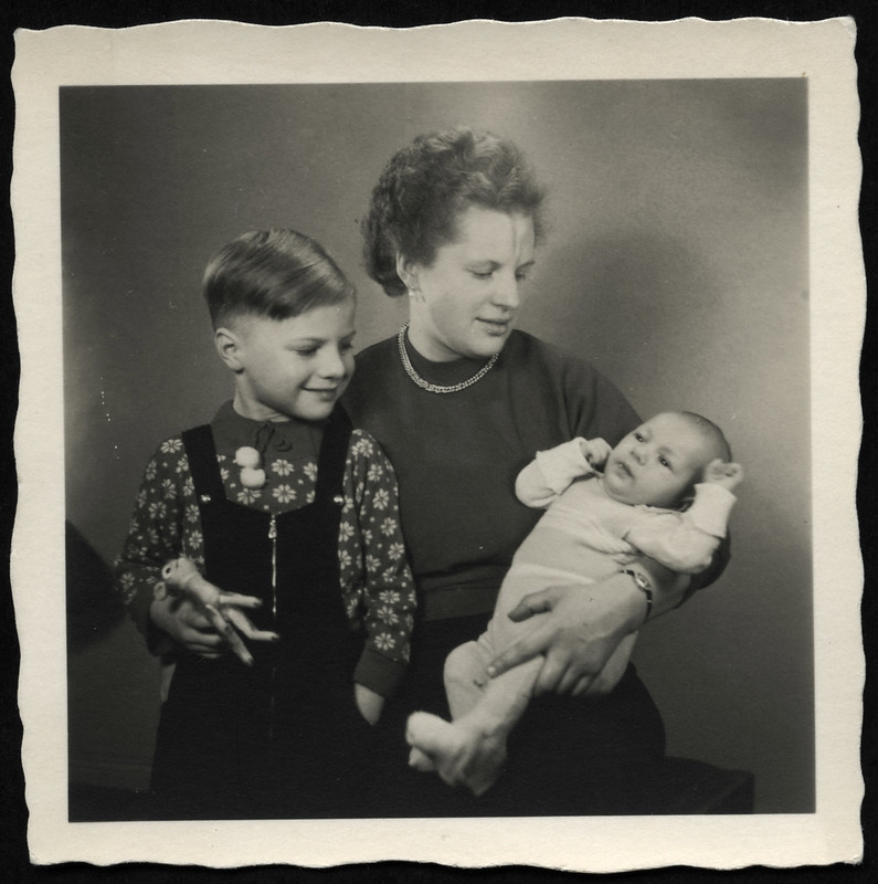 Archiv O036 Mutter mit Söhnen, 1960er