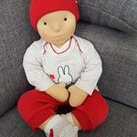 Babypop Sara kan echte babykleertjes dragen (maat 50). Op de foto's heeft ze dan ook de babykleertjes van onze dochter aan ♡