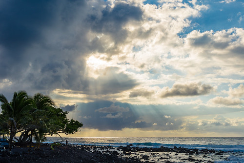 isaac beach park big island hawaii sunrise sky clouds rays lightray sea palmtree d610 nikon