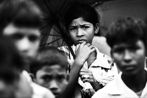 oumkolthoum kids children rohingya refugee rain umbrella portrait group monochrome street refugeecamp coxsbazaar bangladesh genocide ethniccleansing exodus crimesagainsthumanity rohingyagenocide saverohingya carwindow monsoon