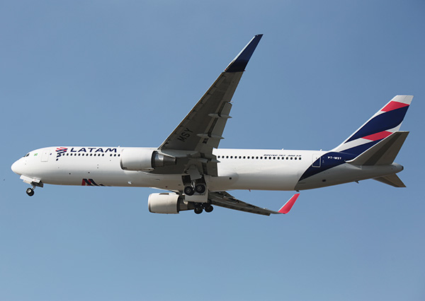 LATAM B767-300ER PT-MSY flying (LATAM)